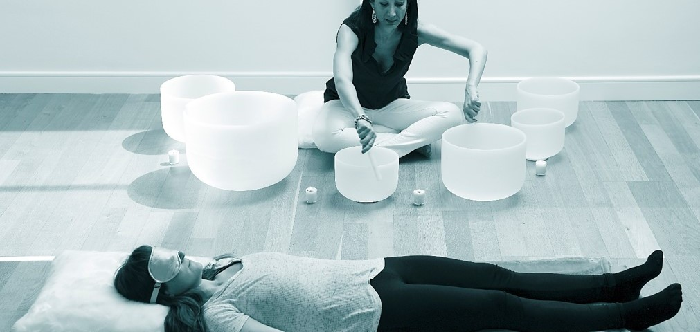 lauraplayingforcustomer jade crystal sound lounge sound relaxation bath medidation mindfullness gongs crystal bowls